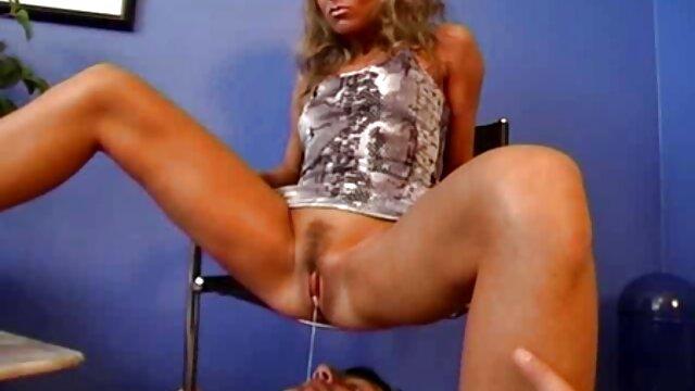 Horny blonde en latex suce et prend deux bites à côté d'un porno porno porno arabe distributeur automatique